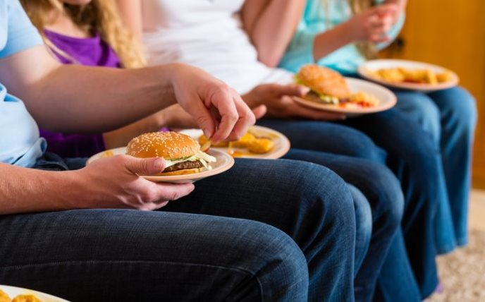 Фото причины ожирения - друзья едят гамбургеры