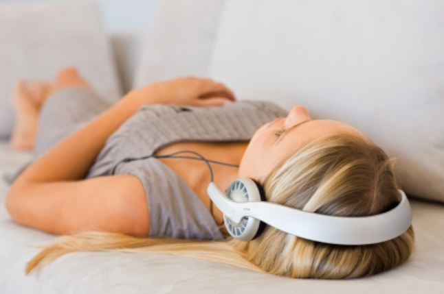 Фото как слушает девушка гипноз для похудения в наушниках во сне с реальными отзывами