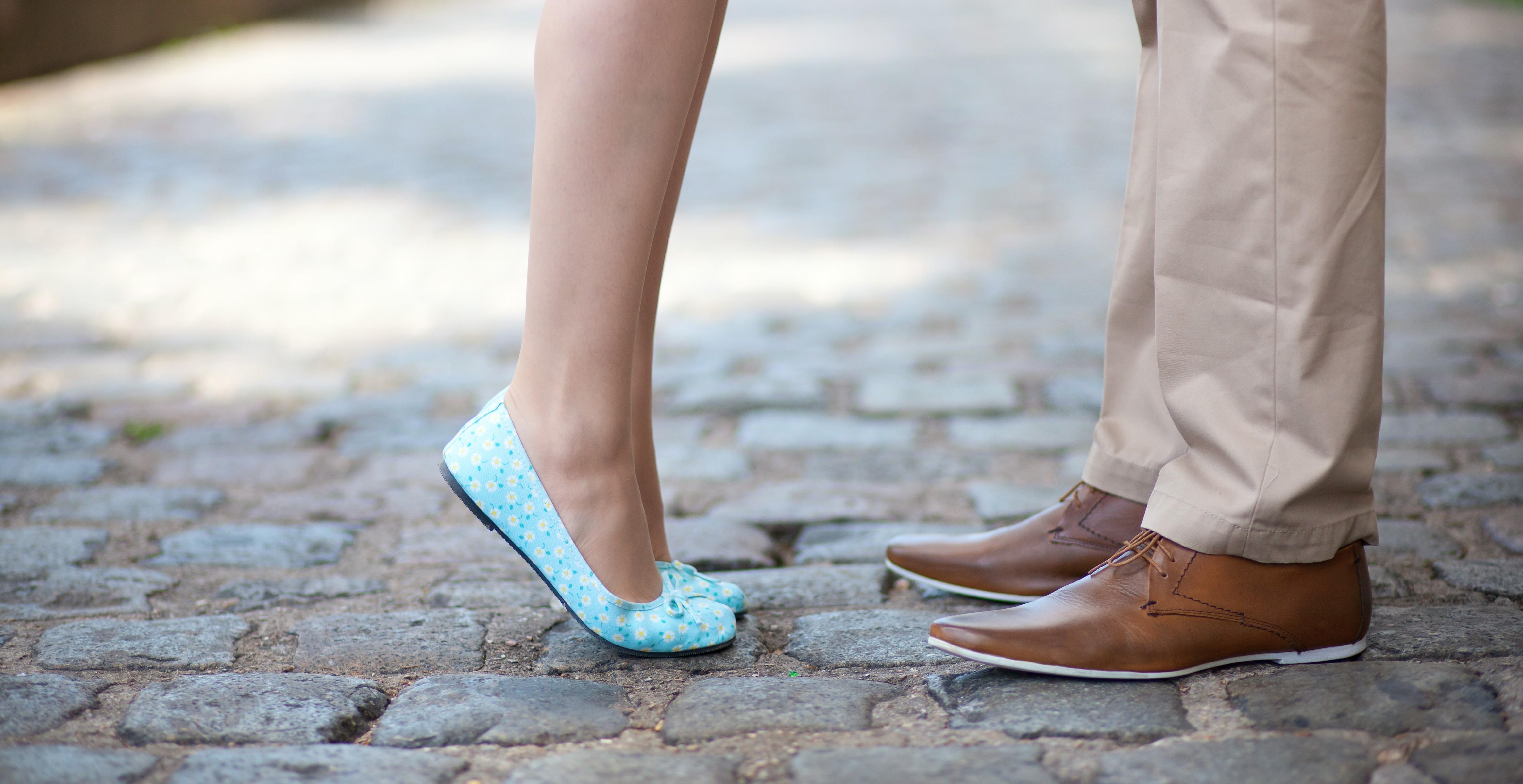 Целовать туфли фото, Целует ножки девушки в туфлях на каблуке 26 фотография