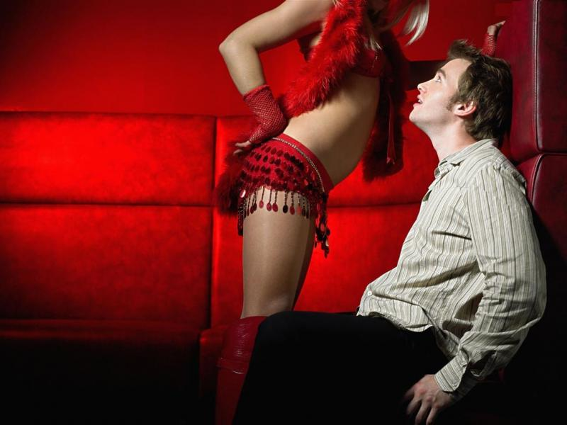 Девушка танцует парню стриптиз #15