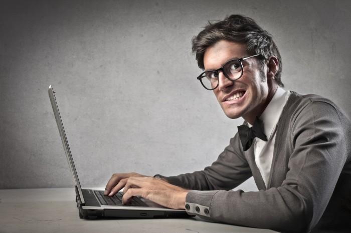 Парень смотрит порно возбуждается