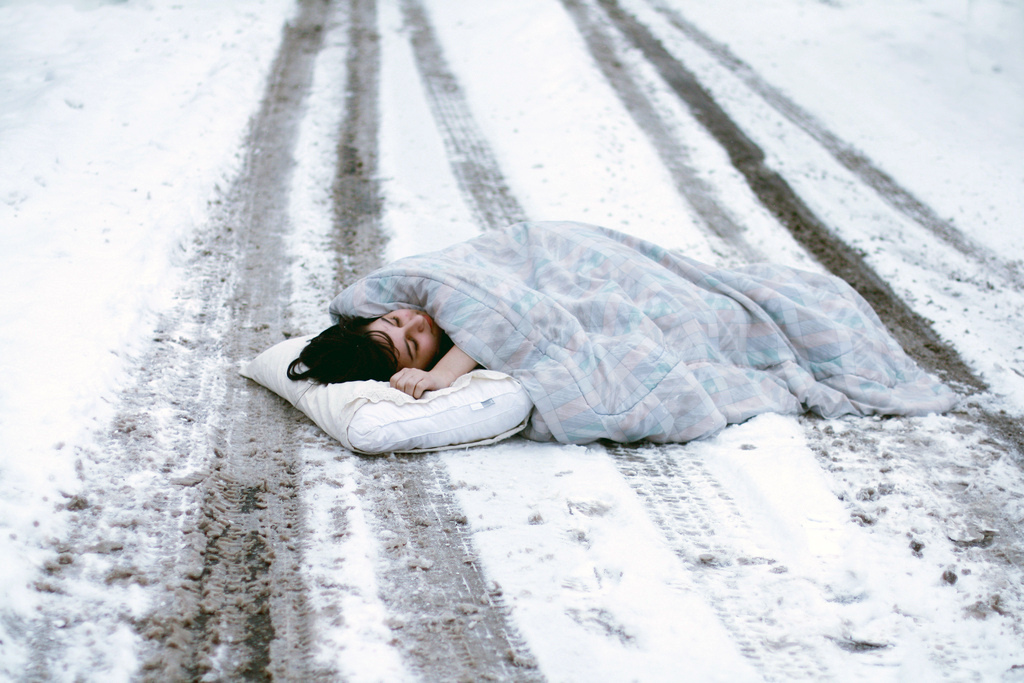 человек лежащий на снегу картинки том