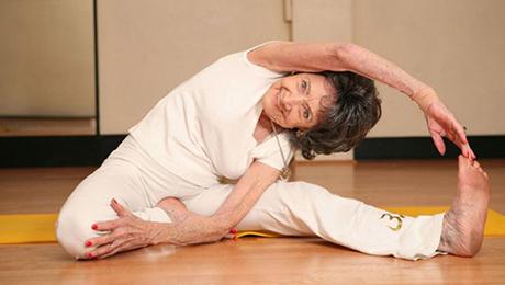 Фото и отзывы о Старейший в мире инструктор по йоге. Знакомьтесь, Тао, 98 лет!