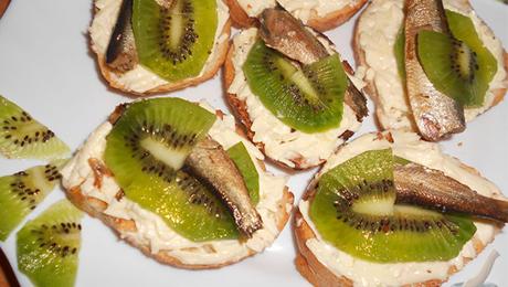 Фото и отзывы о Бутерброды с киви и шпротами. Рецепт
