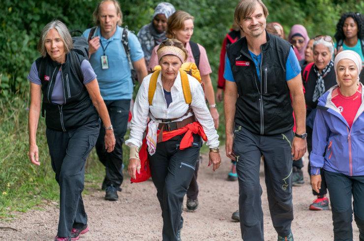 Фото на тему: 80-летняя королева Норвегии прошла несколько километров с мигрантами в лесу