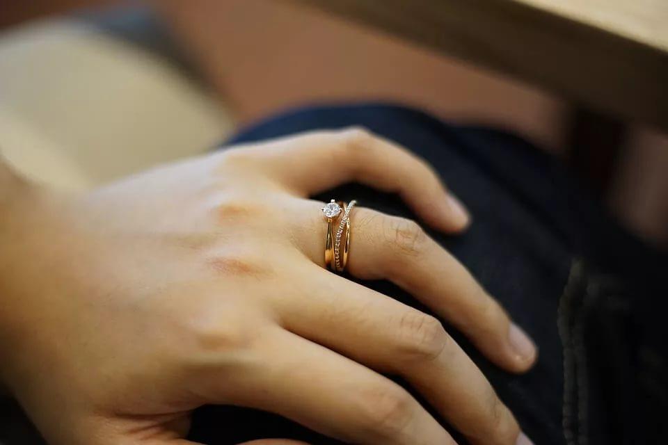 Картинка по теме: Можно ли носить обручальное кольцо после смерти мужа или развода?