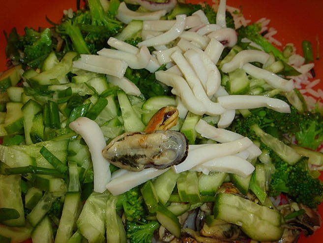 Салат с креветками с кальмарами и мидиями рецепты 2